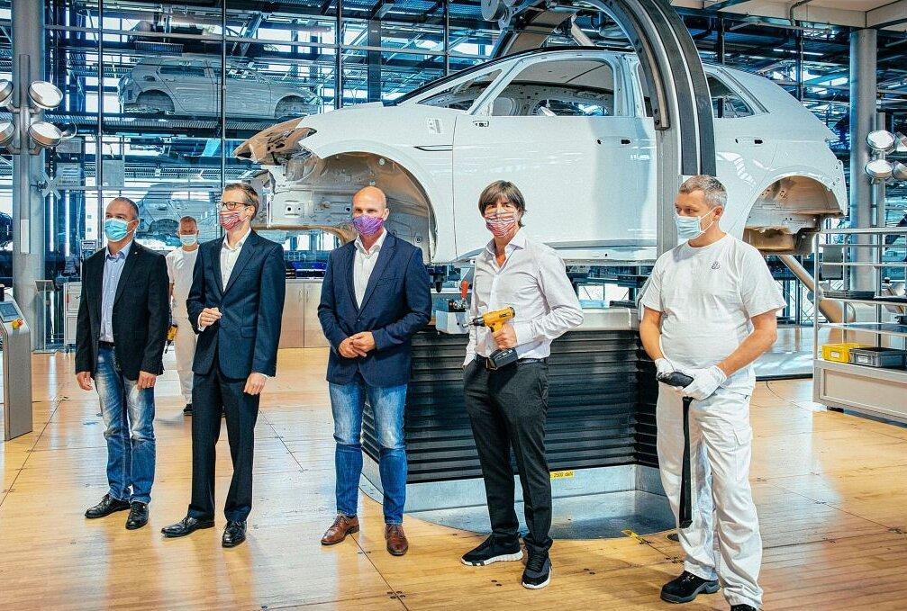 Anstoss Mit Jogi Low Glaserne Manufaktur Startet Vorserienproduktion Des Vw Id 3 Blick Sachsen