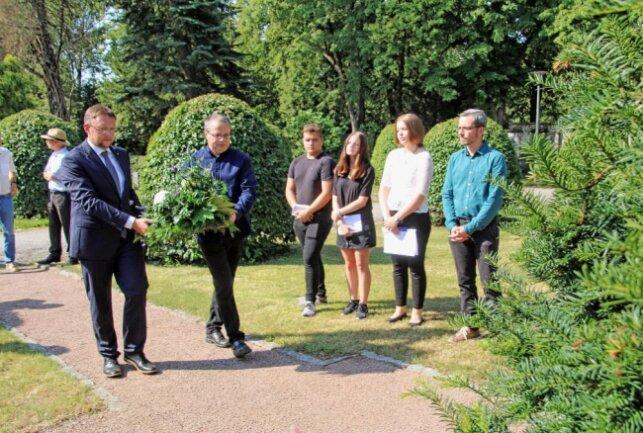 Dr. Rolf Weigand, MdL. und Stadtrat Andreas Krause bei der Kranzniederlegung, Foto Blick, verlinkt