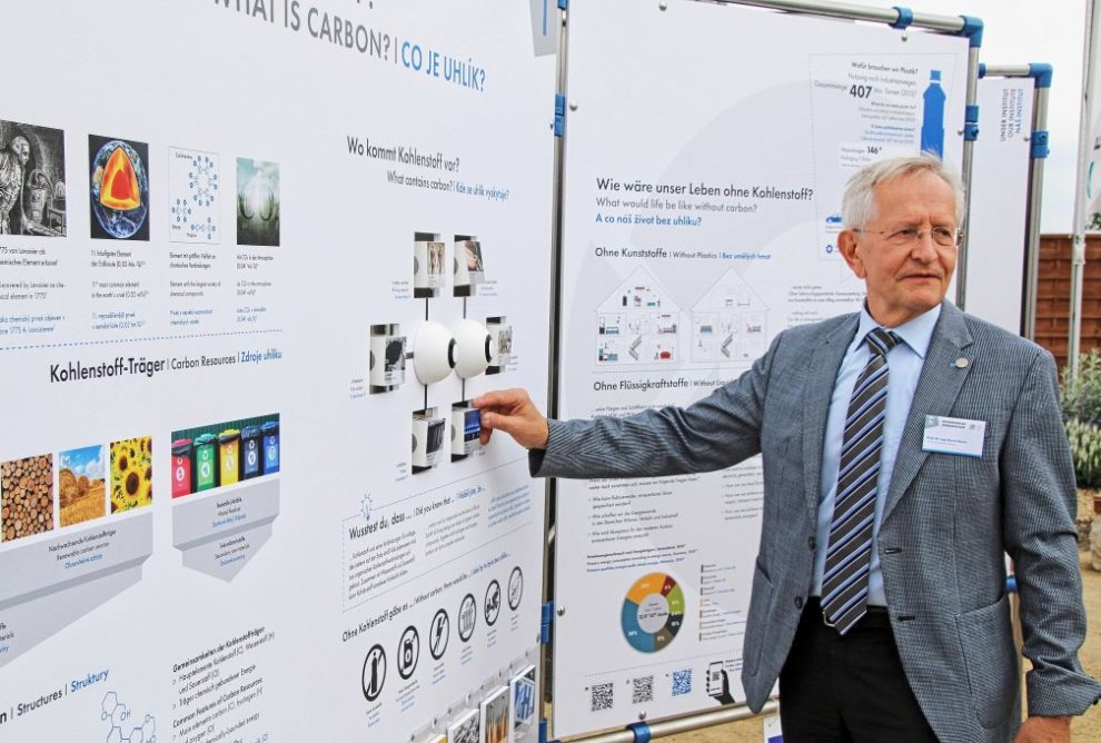 Institutsdirektor Professor Bernd Meyer am neuen Carbon Discovery Trail. Foto. Wieland Josch
