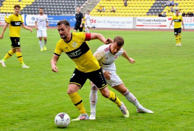 VFC-Kapitän Marian Albustin (vorn, am Ball) führte sein Team zum 1:0-Auftaktsieg gegen den Ludwigsfelder FC. Foto: Karsten Repert